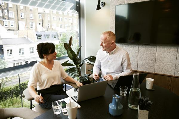 reunión con una asesora para mejorar el marketing online